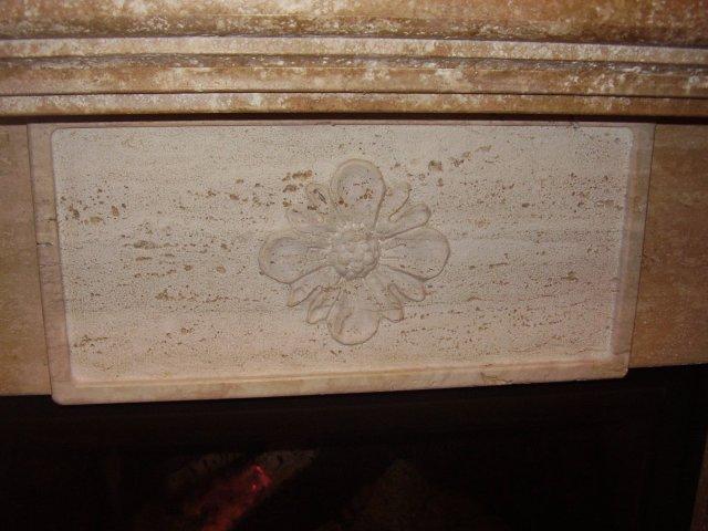 Architrave con Bassorilievo Motivo Floreale Caminetto in Travertino Noce