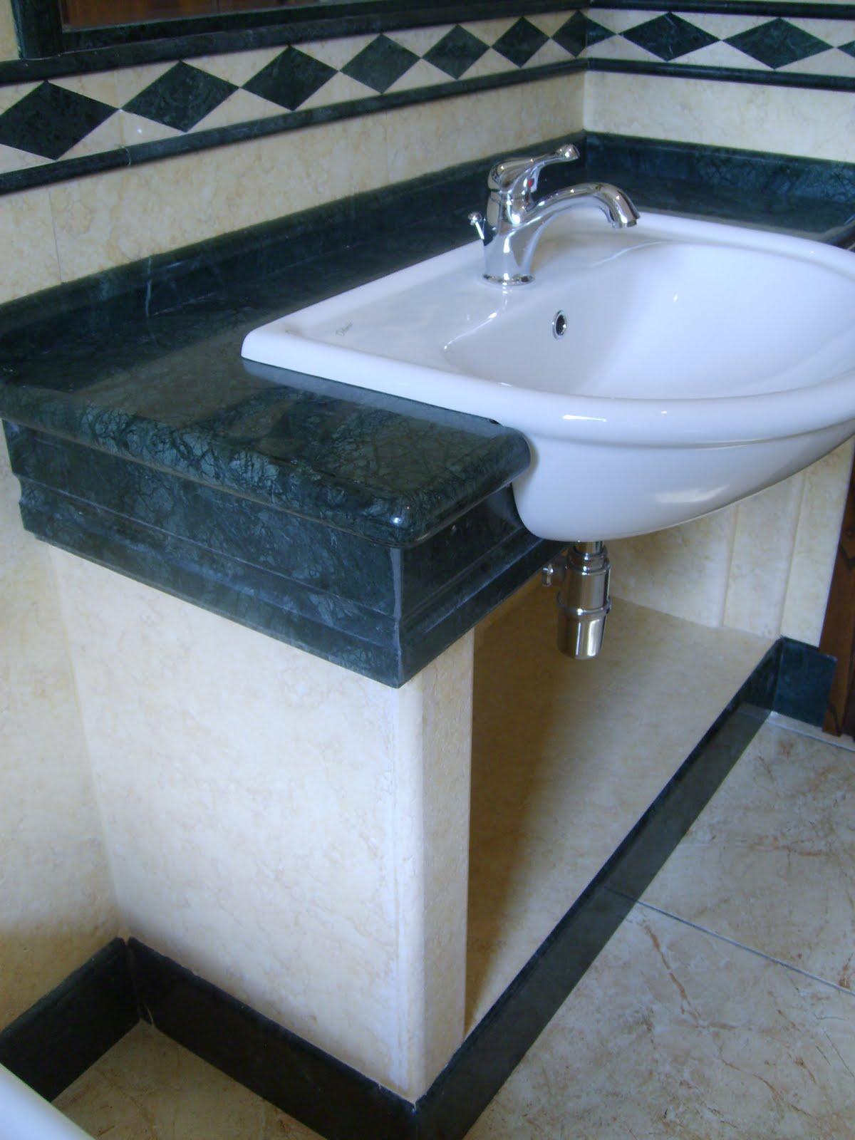 Bagno in giallo atlantic e verde guatemala marmo arreda - Bagno con greca ...