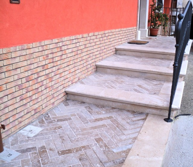 Scale e Pavimenti esterni in Travertino